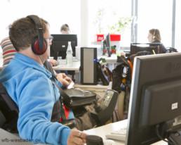 Auftragsverabeitung am Computer wird von den Beschäftigen im facettenwerk erledigt