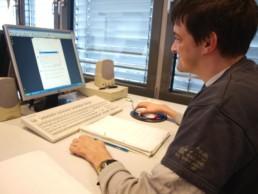 Arbeiten am PC im facettenwerk für verschiedene Kunden