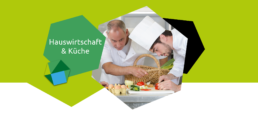 Ein Chefkoch leitet zwei Lehrlinge an bei der Zubereitung einer Mahlzeit.
