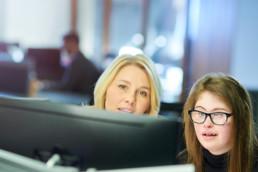 Eine Frau wird bei der betriebsintergrierten Arbeit begleitet und unterstützt