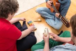 Abwechslung mit Musik im Tagesraum