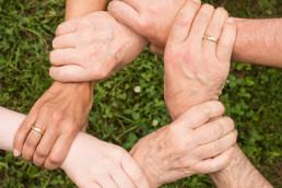 Hände, die einen Kreis bilden